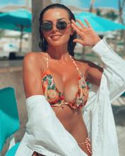 Анна Седокова приспустила трусики ради пикантного фото