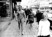 Ретрофото. Арнольд Шварценеггер гуляет по Мюнхену в плавках, пропагандируя культуризм и привлекая клиентов в тренажерный зал. 1967 год