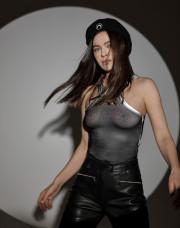Елена Темникова сверкнула голой грудью