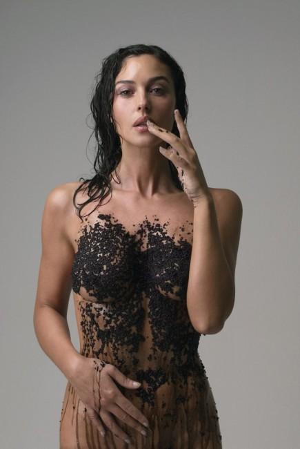 52-летняя Моника Беллуччи снялась голой в черной икре для Esquire