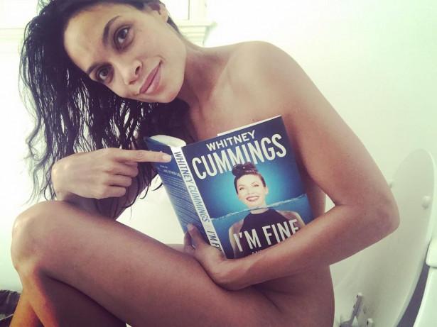 Росарио Доусон тоже любит читать, сидя на унитазе