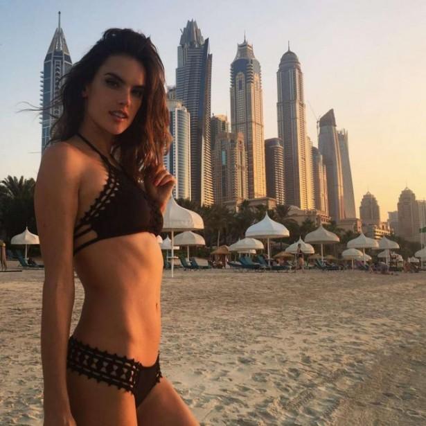 Алессандра Амбросио в бикини на фоне небоскребов Дубайя