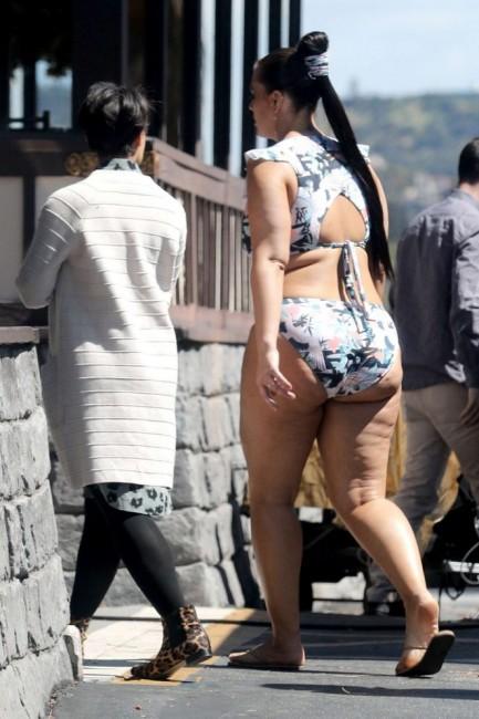 Модель plus-size Эшли Грэм работает над рекламой купальников