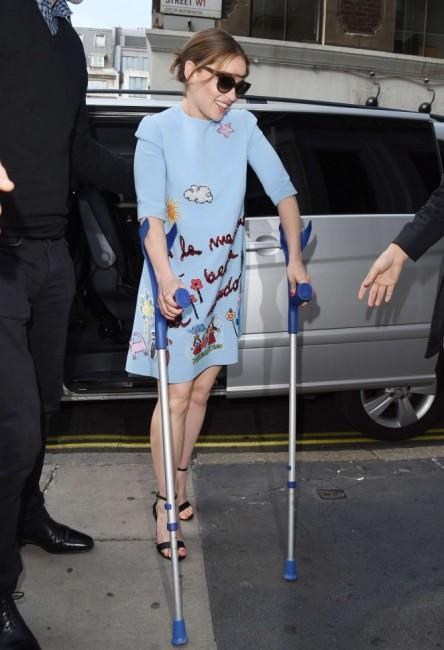 Травмированная Эмилия Кларк передвигается в помощью костылей