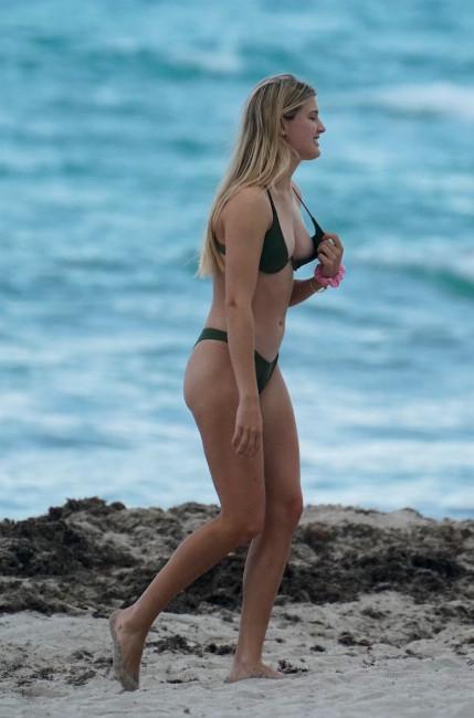 Канадская теннисистка Эжени Бушар оголила грудь во время прогулки по пляжу