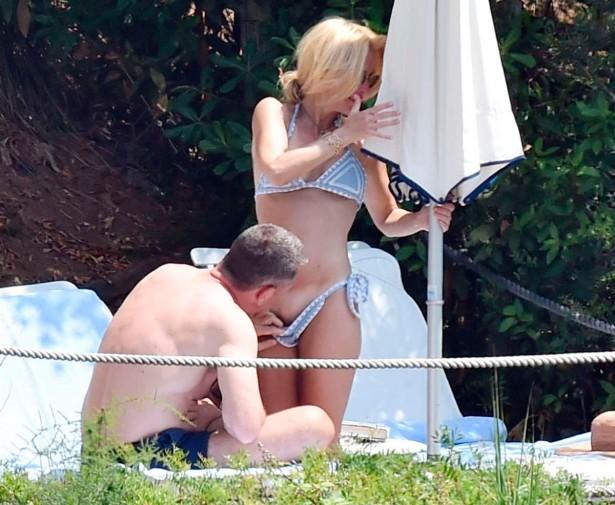 Бойфренд актрисы Джиллиан Андерсон рассматривает интимную стрижку подруги