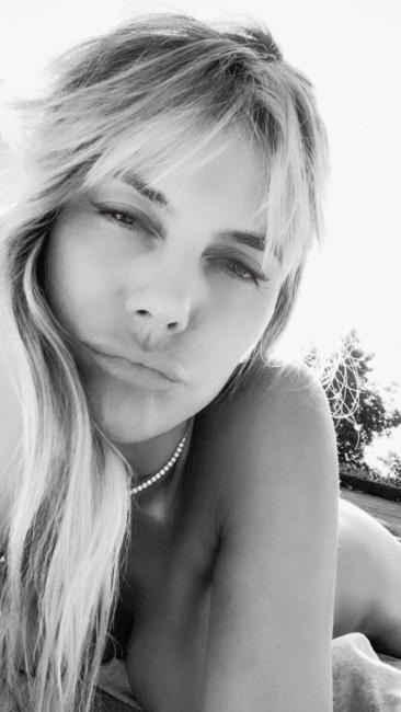 46-летняя Хайди Клум развлекается на самоизоляции голыми селфи