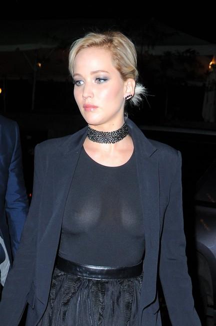 Дженнифер Лоуренс показала фотографам голую грудь