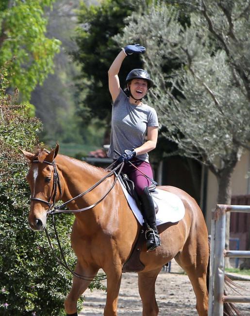 Звезда «Теории большого взрыва» Кейли Куоко занимается конным спортом