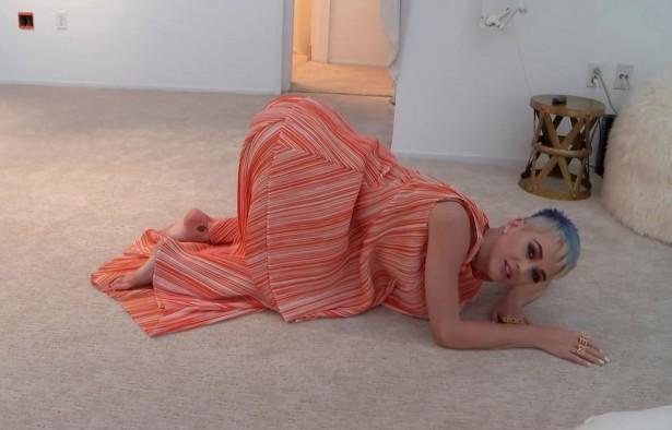 Кэти Перри репетирует позу doggy-style