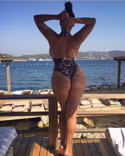 Келли Брук порадовала фанатов сочным пляжным фото