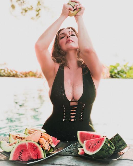 Келли Брук и ее арбузы