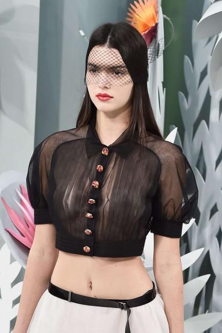 Прозрачная блузка Кендалл Дженнер на показе Chanel в Париже