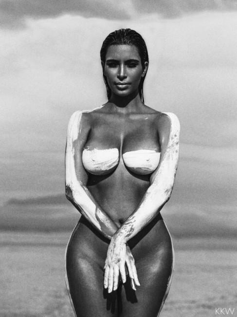 Голая Ким Кардашьян в пустыне