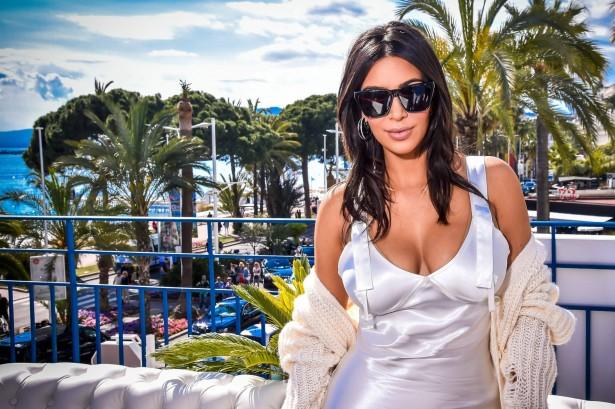 Ким Кардашьян и ее безумное декольте