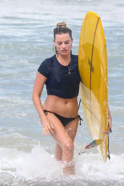 Марго Робби занимается сёрфингом