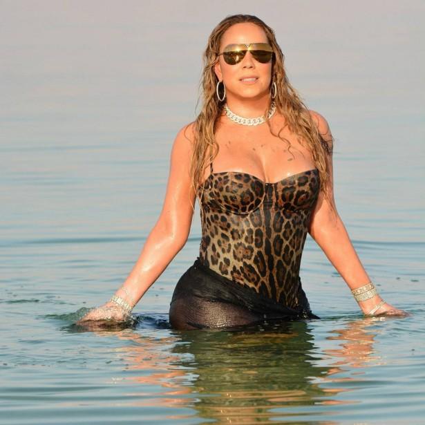 Мэрайя Кэри в леопардовом купальнике