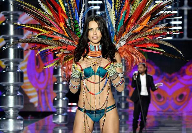Адриана Лима на модном показе Victoria's Secret