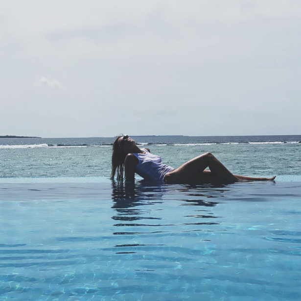 Агата Муцениеце выложила пляжное фото без купальника