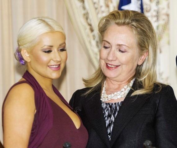 Хилари Клинтон засмотрелась на пышную грудь Кристины Агилеры