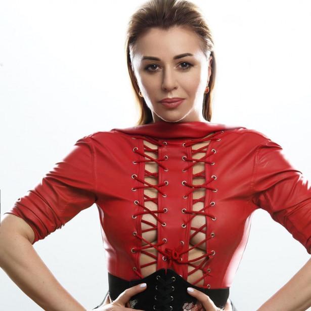 54-летняя Алёна Апина снялась в эротической садо-мазо фотосессии