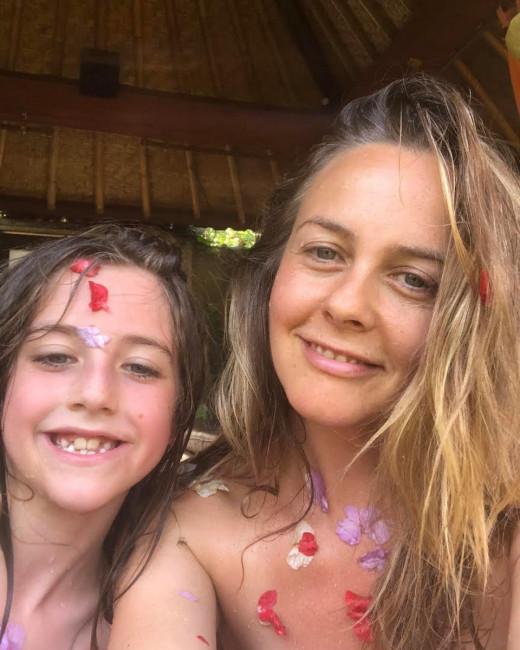 Алисия Сильверстоун выложила фото, на котором принимает ванную с 9-летним сыном