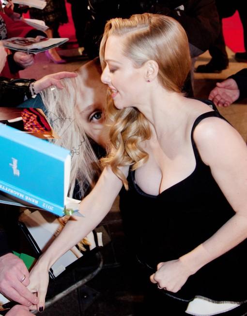 Аманда Сейфрид продемонстрировала голую грудь на кинопремьере