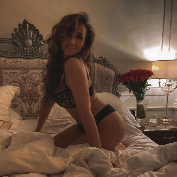 Анфиса Чехова устроила эротическую фотосессию в постели