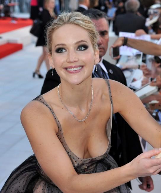Дженнифер Лоуренс показала голую грудь на кинофестивале в Венеции