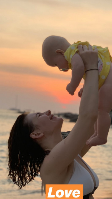 Анна Цуканова-Котт показала ребенка и грудь