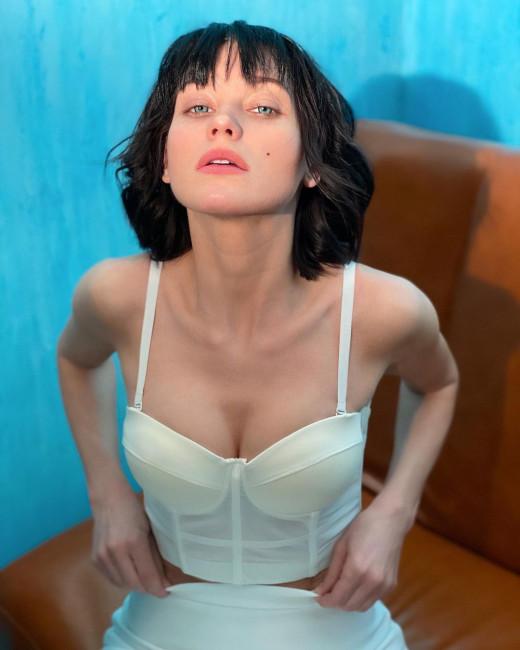Кристина Асмус в образе развратной брюнетки