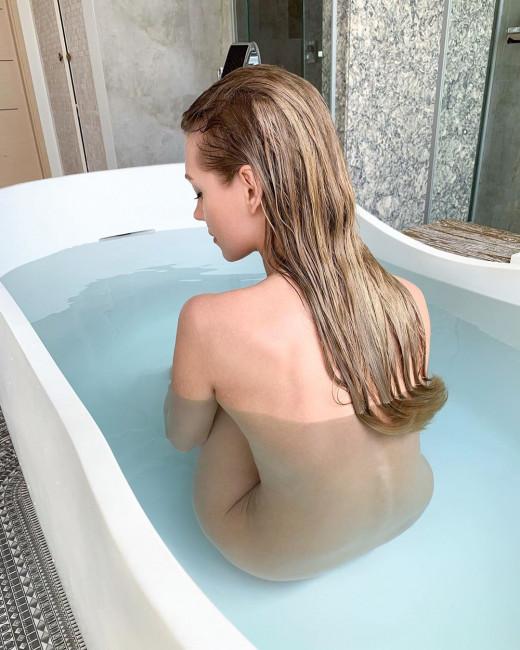 Никак не успокоится! Асмус снялась голой в ванной