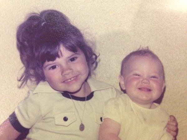 Виктория Бекхэм (на фото слева) поделилась своим детским фото