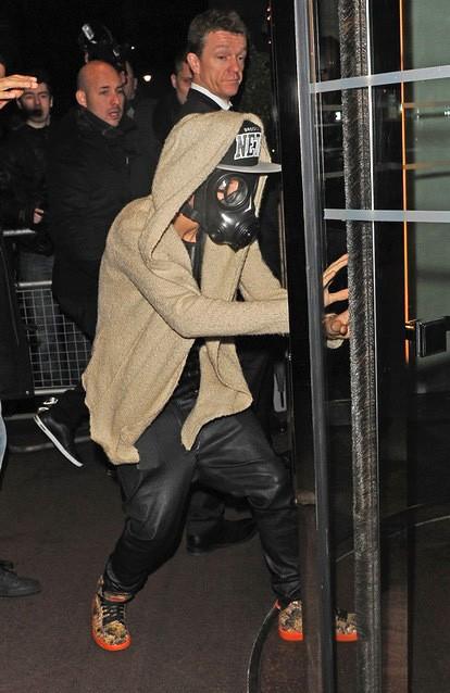 Джастин Бибер гуляет по Лондону в противогазе