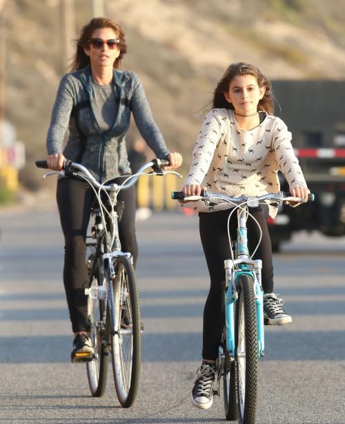 Синди Кроуфорд с дочерью Кайей на велопрогулке по Малибу