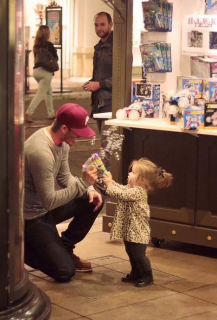 Дэвид Бекхэм посетил с дочкой Харпер магазин игрушек