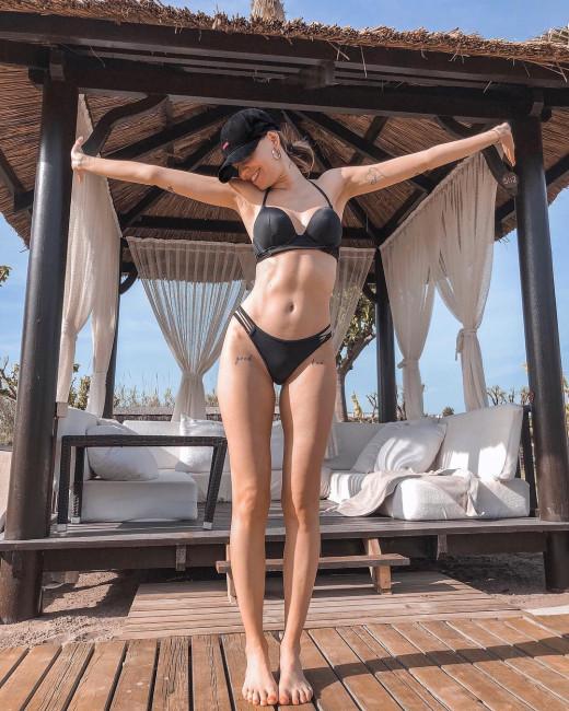 Надя Дорофеева из группы «Время и Стекло» передает привет с тропических островов