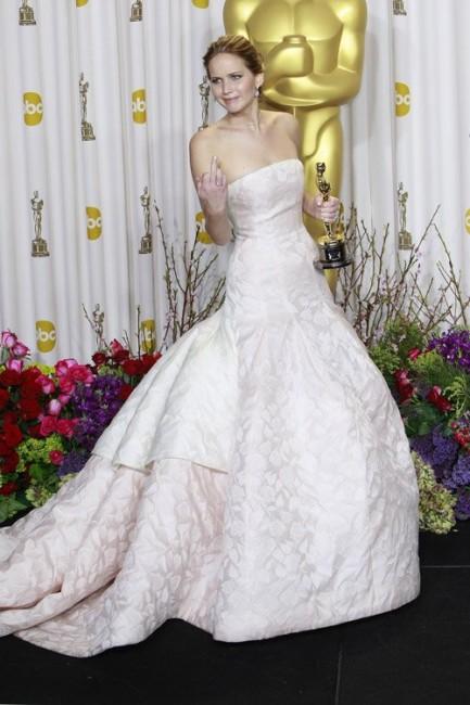 Дженнифер Лоуренс демонстрирует средний палец на церемонии вручения премии «Оскар»