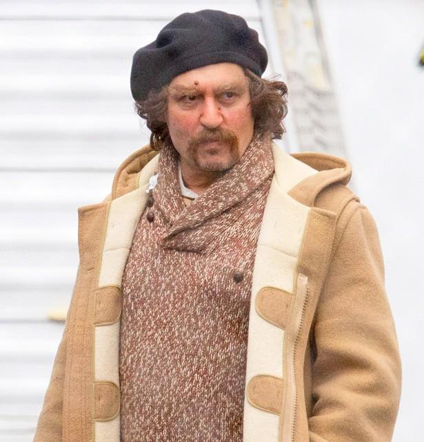 Неузнаваемый Джонни Депп на съемочной площадке фильма «Любители йоги»