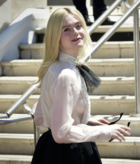 Эль Фаннинг появилась на красной ковровой дорожке «Каннского кинофестиваля» с голой грудью