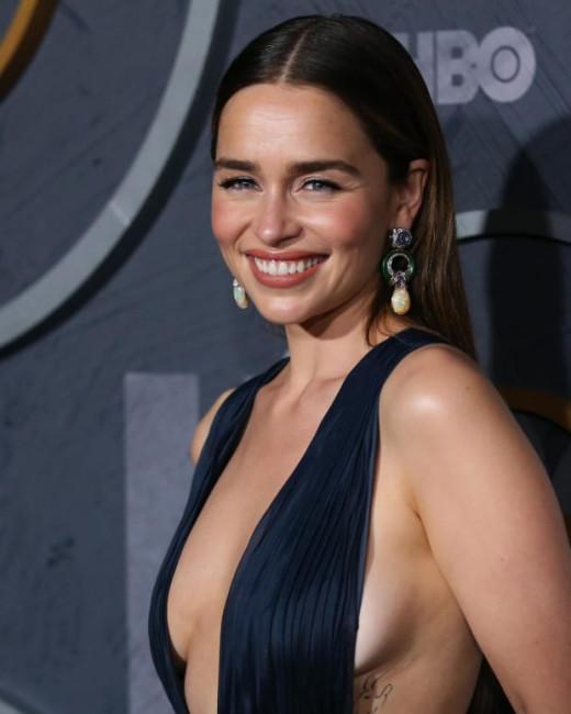 Эмилия Кларк вновь нарядилась в платье с глубочайшим декольте