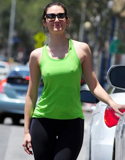 Звезда сериала «Бесстыжие» Эмми Россум гуляет по Нью-Йорку без нижнего белья