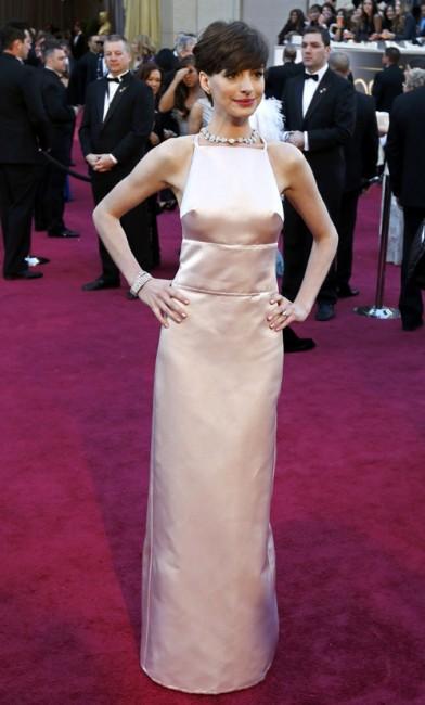 Энн Хэтэуэй пришла на церемонию вручения премии «Оскар» с выпирающим бюстом