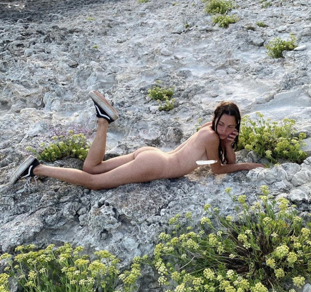 Экс-участница группы «Серебро» Полина Фаворская снялась на пляже полностью голой