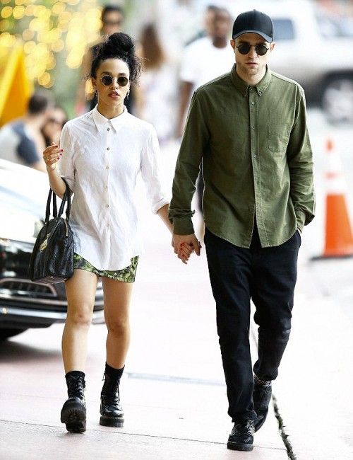 Талия Барнетт (FKA twigs) и Роберт Паттинсон на улицах Майами