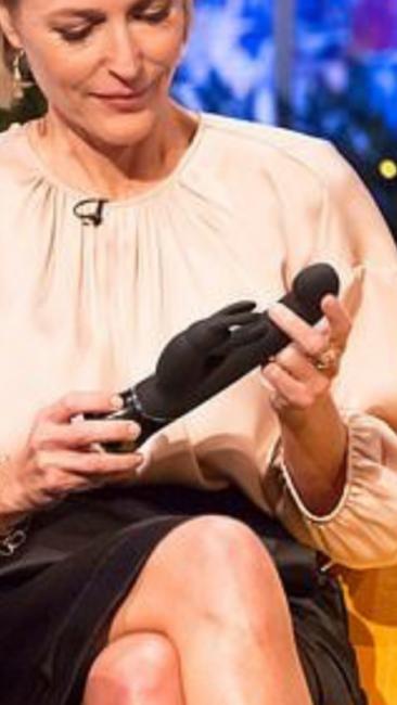 Джиллиан Андерсон изучает необычный вибратор
