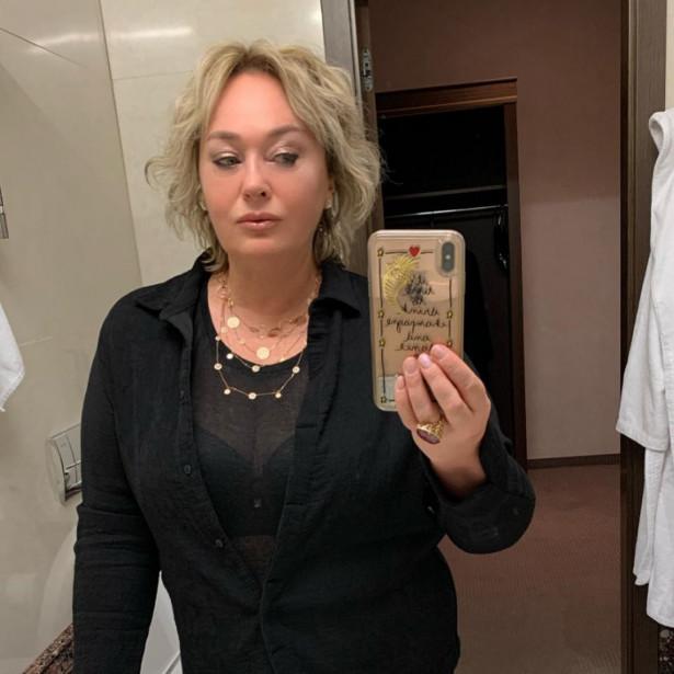 61-летняя Лариса Гузеева выложила фото с глубоким декольте