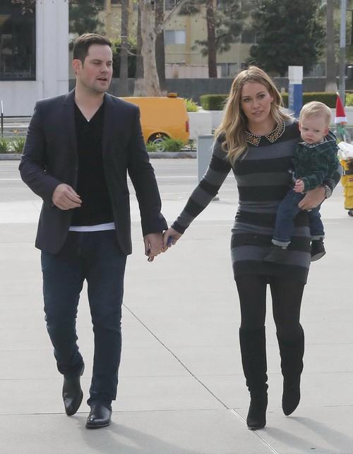Хилари Дафф с мужем и сыном на прогулке