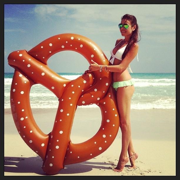 Ирена Понарошку, пляж, бикини и бублик