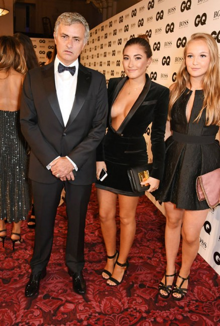 Тренер футбольного клуба «Челси» Жозе Моуринью с дочерью (в центре) на церемонии вручения премий GQ